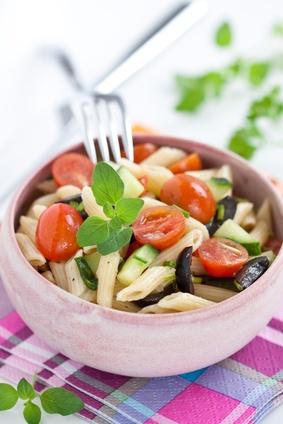 Nudelsalat mit Tomate, Oliven und Gurke