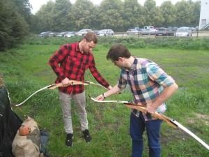 In der Pause Bogenschießen: Thore und Robin spannen gekonnt die Bögen auf