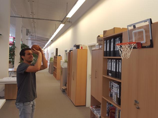 Kollege Peitzner arbeitet im bewegten Büro am perfekten Wurf