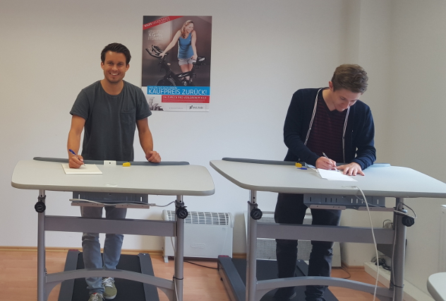 Yannik und Nils Otto im bewegten Büro bei der Besprechung für neues Marketing-Material