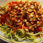 Fitness und Ernährung – Zucchini-Spaghetti mit gebratenem Räuchertofu, Tomatensoße und Avocadocreme