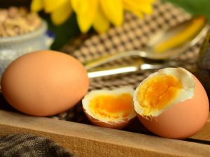 Um die Proteinstruktur nicht zu zerstören, sollten Eier nicht steinhart gegart werden.