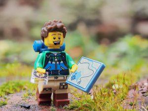 Lego-Figur geht wandern.