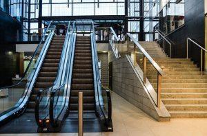 Rolltreppe und Treppe